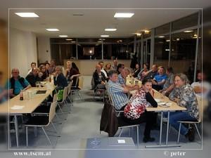 Die interessierten Mitglieder des TSC's lauschen gespannt den Präsentationen der SchülerInnen.